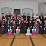 Buchkirchner Goldhaubenfrauen stellen sich dem Fotografen